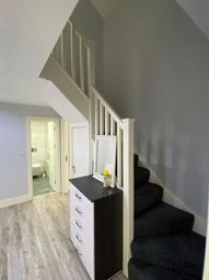 2 bed flat to rent in Jasper Court, London, Romford RM11