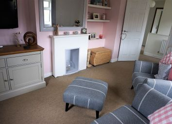 Thumbnail 2 bedroom flat for sale in Cobfields, Chart Sutton