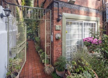 Thumbnail 3 bedroom flat to rent in Chesterford Gardens, Hampstead, London