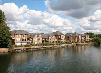 Swan Walk, Shepperton, Surrey TW17. 2 bed flat for sale