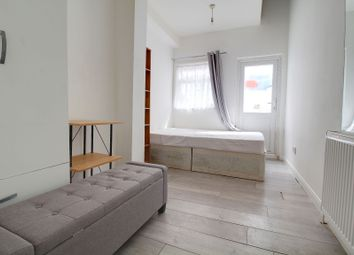 2 bed flat to rent in Lyn Mews, Leytonstone E11