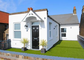 Thumbnail 2 bed flat to rent in Broadway, Leigh-On-Sea, Essex