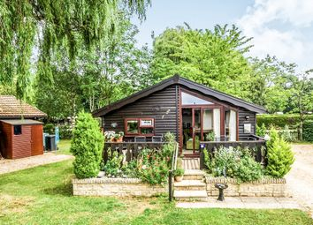 Thumbnail 2 bedroom mobile/park home for sale in Lincoln Farm Park, Standlake, Witney