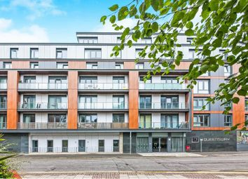 2 bed flat to rent in Queensway, Redhill RH1