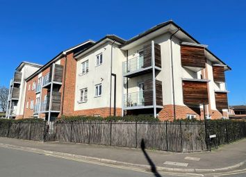 2 bed flat to rent in Govett Avenue, Shepperton TW17