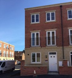 Thumbnail 4 bed town house to rent in Longview Terrace, Boston