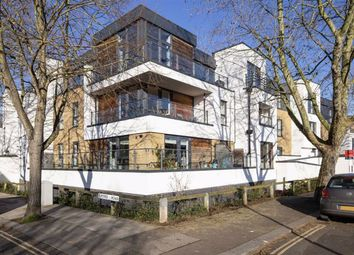 2 bed flat to rent in Somerset Road, Teddington TW11