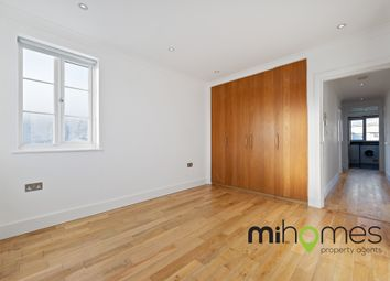 3 bed flat to rent in Bowes Road, London N11