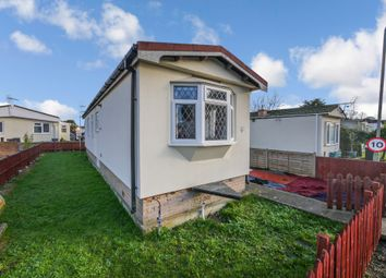 2 bed mobile/park home for sale in Albert Avenue, Chertsey KT16
