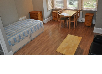 Thumbnail Studio to rent in Chiswick High Road, Stamford Brook/Chiswick, London