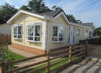 Thumbnail 2 bedroom mobile/park home for sale in Hillcrest Park (Ref 5118), Caddington, Luton, Bedfordshire