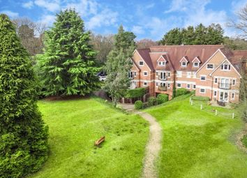 Portsmouth Road, Esher KT10. 2 bed flat for sale