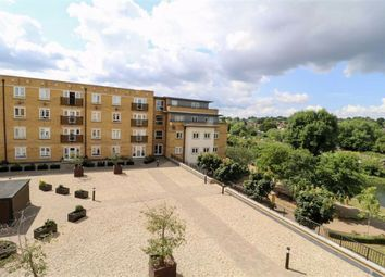 2 bed flat to rent in Ovaltine Drive, Kings Langley WD4