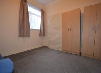 2 bed flat to rent in Courtland Avenue, Ilford, Essex IG1