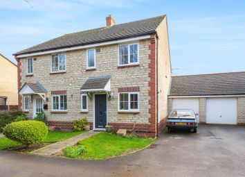 3 bed property for sale in Goldfinch Close, Bicester OX26
