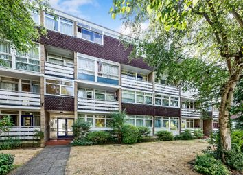 2 bed flat to rent in Hillview Court, Woking GU22