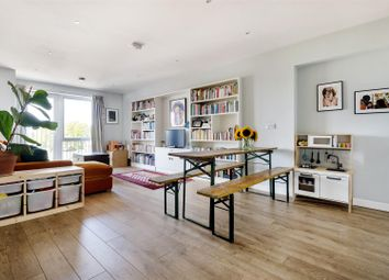 Hainault Road, London E11. 2 bed flat for sale