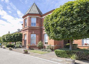 Kensington House, Richmond Drive, Woodford Green IG8. 2 bed flat