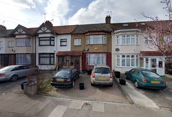 3 bed terraced house to rent in Ashurst Drive, Ilford IG2