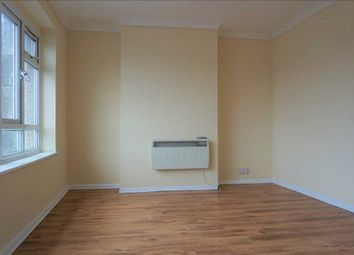 3 bed flat to rent in Waverley Road, Slough SL1
