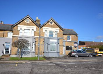 Thumbnail 2 bed flat to rent in Lincoln Hatch Lane, Burnham, Slough