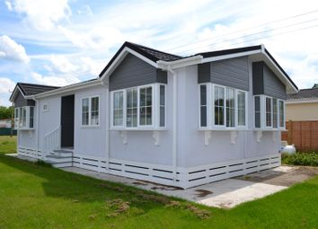 Thumbnail 2 bedroom mobile/park home for sale in Laburnum Rise, Crookham Common, Thatcham