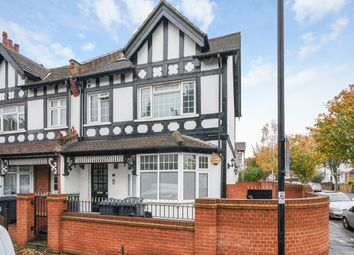 2 bed flat to rent in Highlands Avenue, Acton, London W3