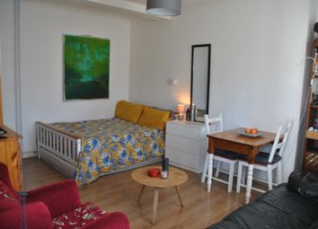 Room to rent in Sidney House, Old Ford Road, London E2