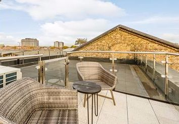 3 bed maisonette to rent in Rainville Road, London W6