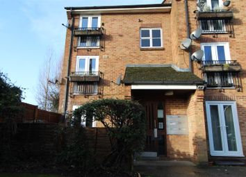 3 bed flat to rent in Frogmore Close, Cippenham, Slough SL1