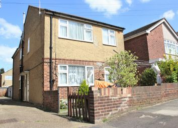 2 bed flat to rent in Abbey Road, Ilford IG2