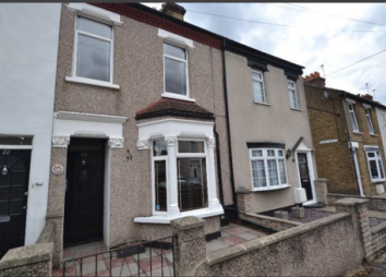Thumbnail 2 bed cottage to rent in Shaftesbury Road, Gidea Park, Romford