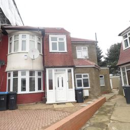 3 bed flat to rent in Kendal Gardens, London N18