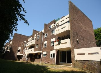 2 bed flat to rent in Park Drive, Woking GU22