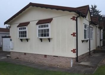 2 bed mobile/park home for sale in Siskin Avenue, Turners Hill Park, Turners Hill, West Sussex RH10