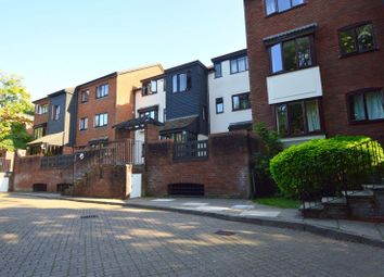 Oakdene Close, Hatch End, Pinner HA5. 1 bed flat