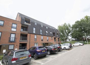 2 bed flat to rent in New North Road, Ilford IG6