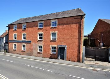 Belmont Mews, Upper High Street, Thame OX9. 2 bed flat