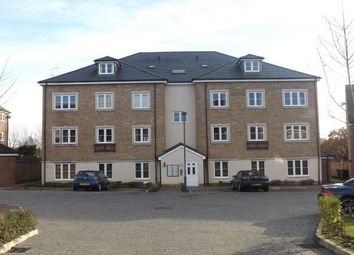 2 bed flat to rent in Warren Close, Farnham GU9