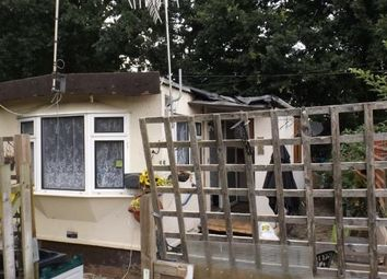 Thumbnail 2 bed mobile/park home for sale in Meadowside Park, Lingfield, Surrey