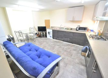 3 bed flat to rent in Waylen Street, Reading RG1