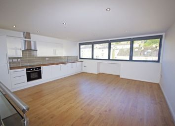 2 bed flat to rent in Oldham Road, Sowerby Bridge HX6