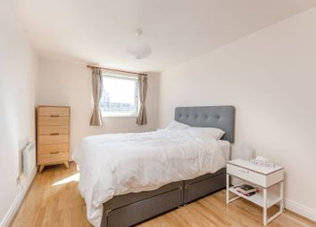 2 bed flat to rent in Smugglers Way, Wandsworth, London SW18