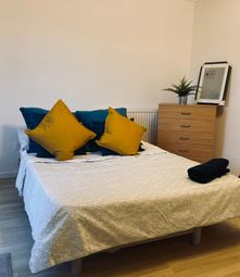 Thumbnail Room to rent in Wager Street, Mile End
