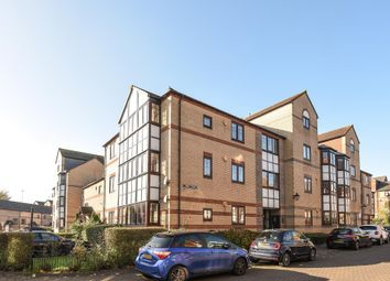 Thumbnail 2 bedroom flat for sale in Swan Place, Reading