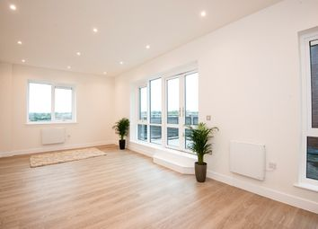 Thumbnail 2 bedroom flat for sale in Kings Road, Reading