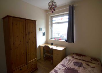 Room to rent in Avis Square, London E1