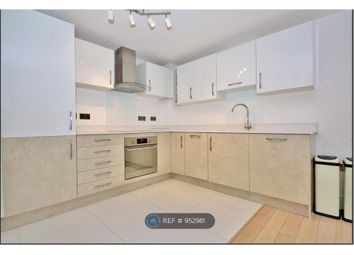 2 bed flat to rent in North Road, Woking GU21