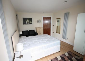 Room to rent in 41 Millharbour, South Quays, Canary Wharf E14