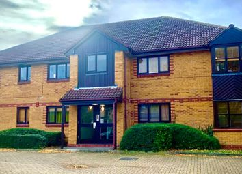 2 bed flat to rent in Holland Close, Romford RM7